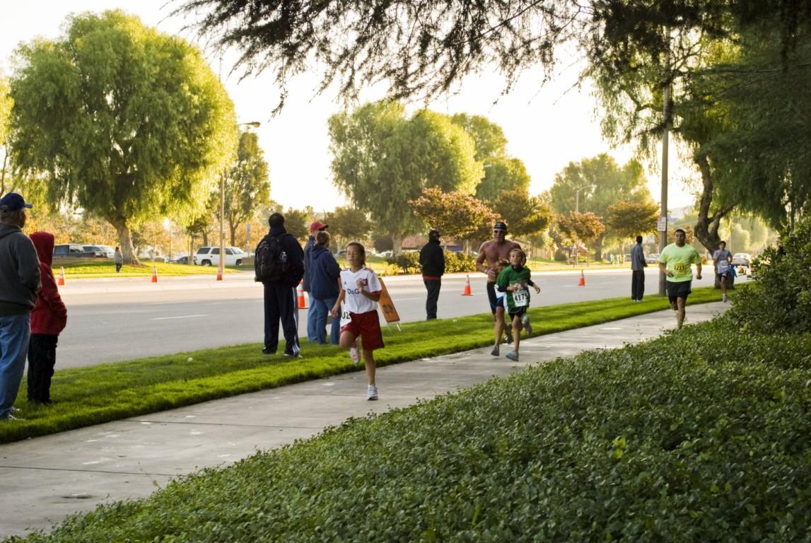 Marathon 2009 Side Walk RUNNERS